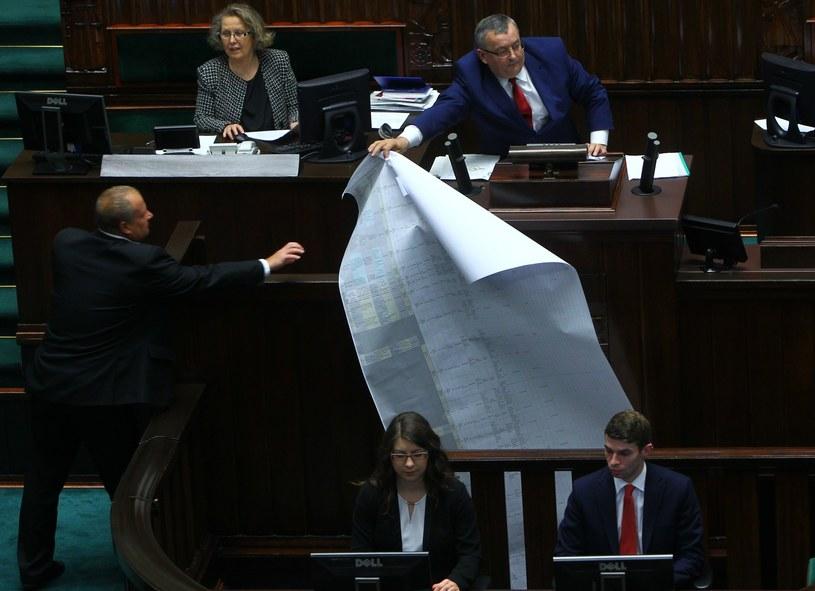 Minister Andrzej Adamczyk z listą roszczeń firm, które realizowały inwestycje drogowe podczas rządów PO-PSL /STANISLAW KOWALCZUK /East News