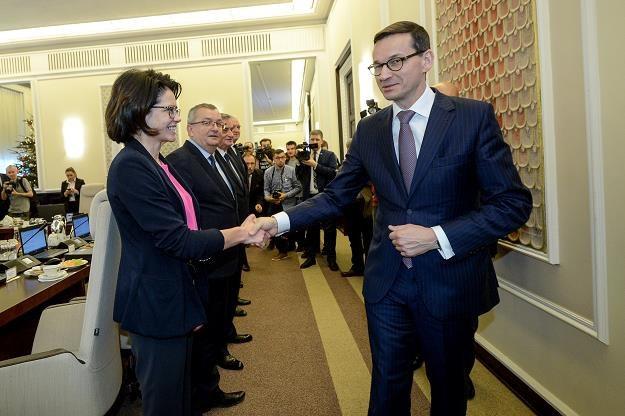 Minister Anna Streżyńska ściska dłoń premierowi Mateuszowi Morawieckiemu /PAP