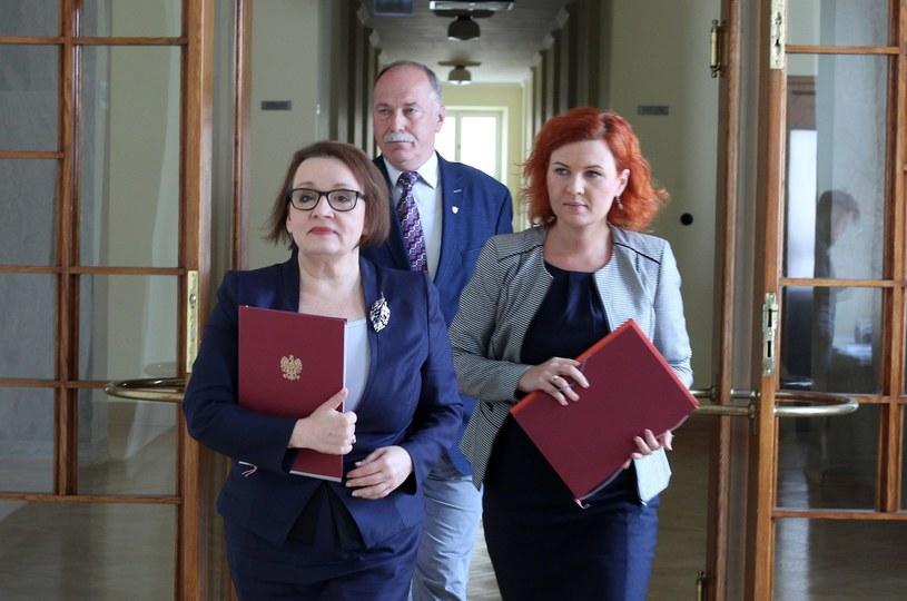 Minister Anna Zalewska zmierza na konferencję, w tle Ryszard Proksa /Stanisław  Kowalczuk /East News