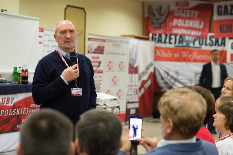 """Minister Antoni Macierewicz podczas III Nadzwyczajnego Zjazdu Klubów """"Gazety Polskiej"""" /Grzegorz Michałowski /PAP"""