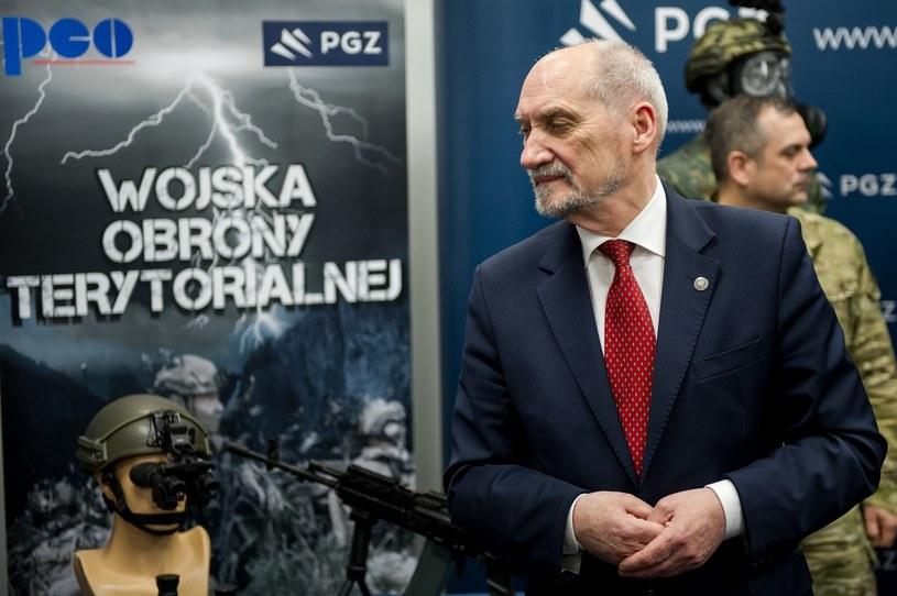 Minister Antoni Macierewicz podczas pokazu sprzętu dla Wojsk Obrony Terytorialnej /Rafal Oleksiewicz /Reporter