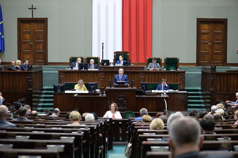 Minister Bartłomiej Sienkiewicz odpowiada na zarzuty opozycji. /Jacek Turczyk /PAP
