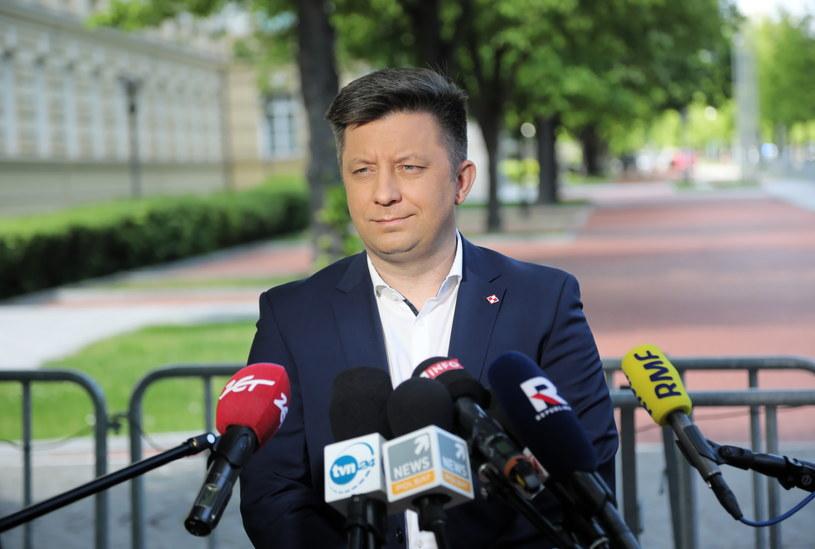 Minister-członek Rady Ministrów, szef KPRM Michał Dworczyk podczas konferencji prasowej przed siedzibą KPRM /PAP/Wojciech Olkuśnik /PAP
