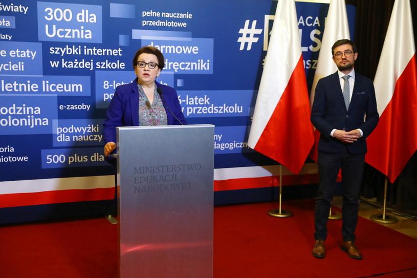 Minister edukacji Anna Zalewska i dyrektor Centralnej Komisji Egzaminacyjnej Marcin Smolik podczas konferencji prasowej /Rafał Guz /PAP