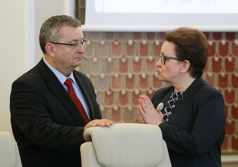 Minister edukacji Anna Zalewska w rozmowie z ministrem infrastruktury Andrzejem Adamczykiem /Paweł Supernak /PAP
