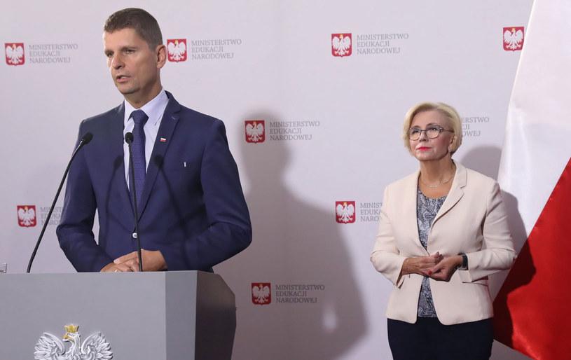 Minister edukacji narodowej Dariusz Piontkowski i sekretarz stanu w Ministerstwie Edukacji Narodowej Marzena Machałek / Tomasz Gzell    /PAP