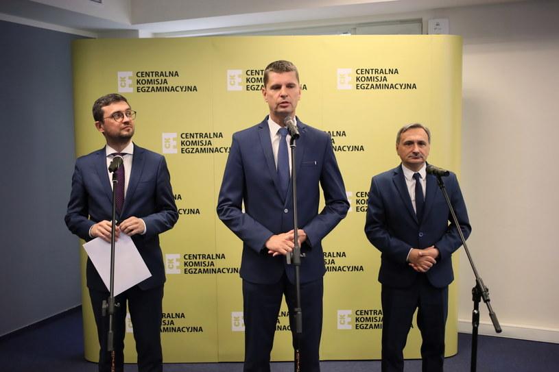 Minister edukacji narodowej Dariusz Piontkowski oraz podsekretarz stanu w MEN Maciej Kopeć i dyrektor CKE Marcin Smolik podczas konferencji prasowej / Leszek Szymański    /PAP