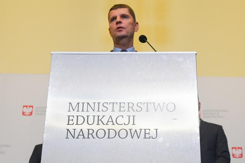 Minister edukacji narodowej Dariusz Piontkowski podczas czwartkowej konferencji prasowej /Jacek Dominski/REPORTER /Reporter