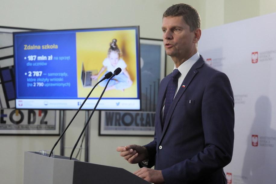 Minister edukacji narodowej Dariusz Piontkowski podczas konferencji prasowej w siedzibie resortu w Warszawie /Paweł Supernak /PAP