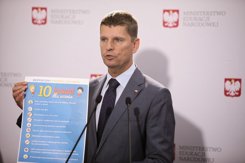 Minister edukacji narodowej podczas konferencji prasowej / Leszek Szymański    /PAP