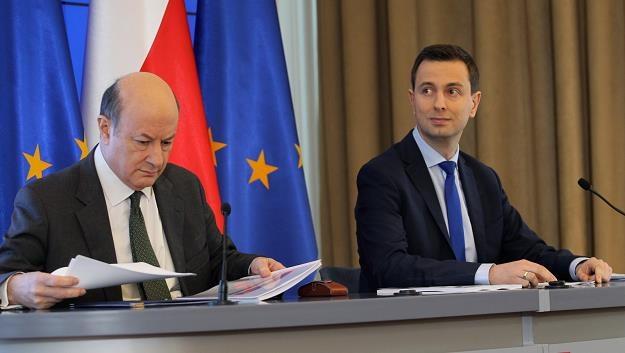 Minister finansów J. Rostowski (L) i minister pracy i polityki społecznej W. Kosiniak-Kamysz (P) /PAP