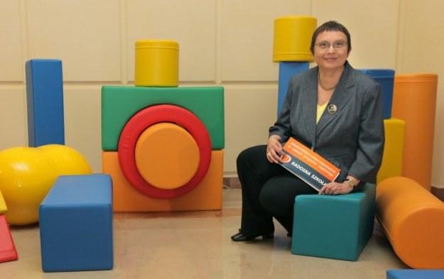 """Minister Hall pokazuje zabawki, jakie zostaną zakupione do szkół w ramach programu """"Radosna szkoła"""" /East News"""