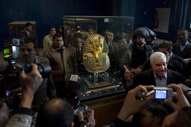 Minister Hawas przy masce Tutanchamona w Muzeum Egipskim /AFP