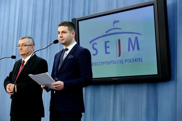 Minister infrastruktury Andrzej Adamczyk (L) i wiceminister sprawiedliwości Patryk Jaki /PAP