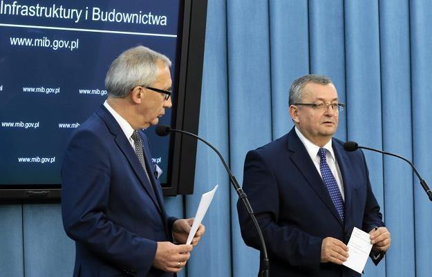 Minister infrastruktury Andrzej Adamczyk (P), wiceminister Kazimierz Smoliński. Fot. S. Kamiński /AGENCJA GAZETA