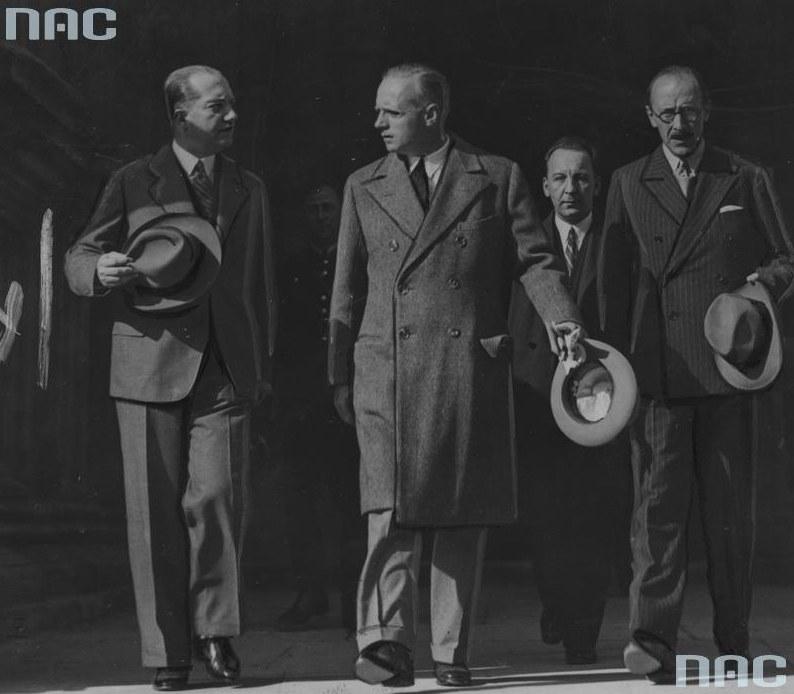 Minister Joachim von Ribbentrop (drugi z lewej) w towarzystwie ambasadora Polski w Niemczech Józefa Lipskiego (pierwszy z lewej). Kraków, 1935 rok /Z archiwum Narodowego Archiwum Cyfrowego