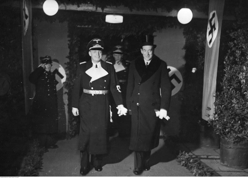 Minister Joachim von Ribbentrop (z lewej) w towarzystwie ministra spraw zagranicznych Polski Józefa Becka opuszcza dworzec w Warszawie. Widoczne flagi ze swastykami, którymi udekorowano dworzec. Zdjęcie z 25 stycznia 1939 roku /Z archiwum Narodowego Archiwum Cyfrowego