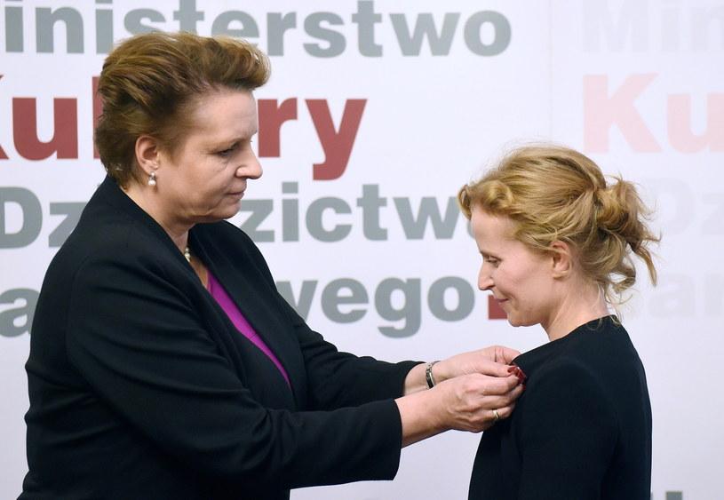 Minister kultury Małgorzata Omilanowska (L) i odznacza aktorkę Dominikę Kluźniak (P) medalem Zasłużony Kulturze Gloria Artis /Radek Pietruszka /PAP