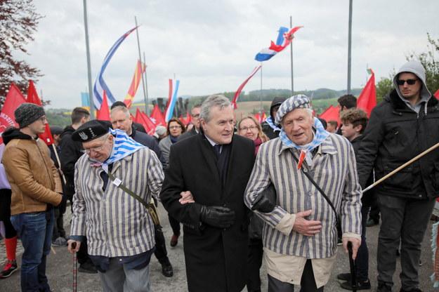 Minister kultury Piotr Gliński (C) oraz byli więźniowie Stanisław Zalewski (P) i Ryszard Stempka (L) podczas uroczystości pod polskim pomnikiem w Mauthausen / Leszek Szymański    /PAP