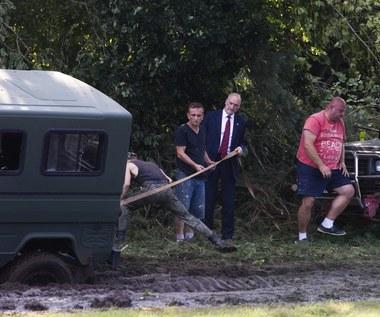 Minister Macierewicz utknął w błocie