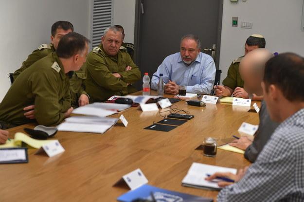 Minister obrony Izraela Avigdor Lieberman (w centrum) podczas narady ze służbami /MINISTRY OF DEFENSE/HANDOUT /PAP/EPA