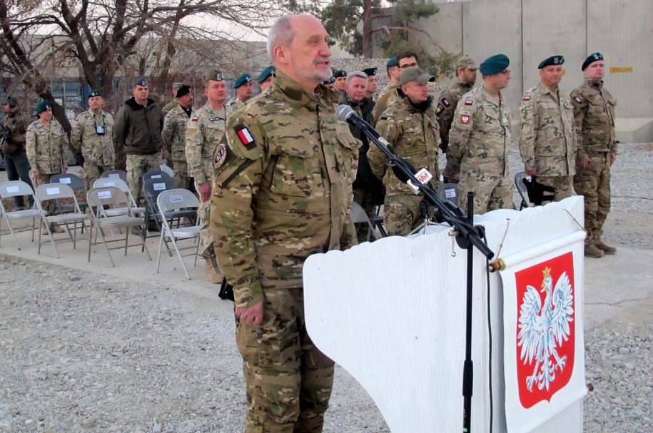 Minister obrony narodowej Antoni Macierewicz (C) przemawia podczas wizyty w bazie lotniczej Bagram w Afganistanie /PAP/Rafał Lesiecki /PAP