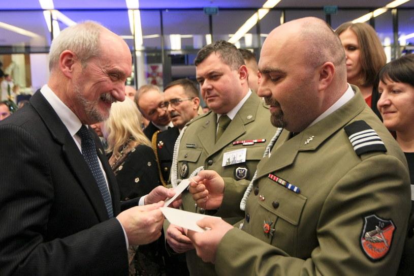 Minister obrony narodowej Antoni Macierewicz dzieli się opłatkiem po świątecznym koncercie /Lech Muszyński /PAP