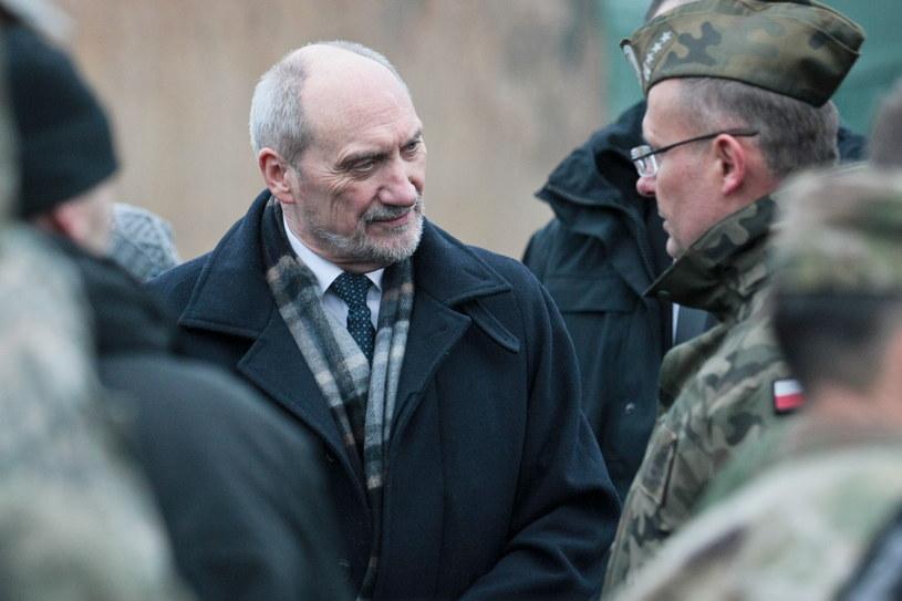 Minister obrony narodowej Antoni Macierewicz (L) rozmawia z żołnierzami /Lech Muszyński  (PAP) /PAP