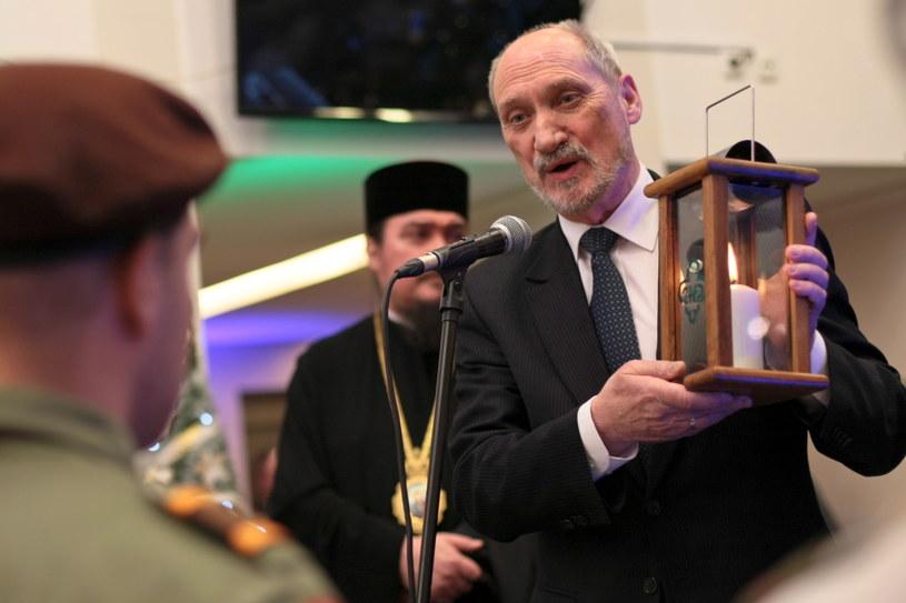 Minister obrony narodowej Antoni Macierewicz otrzymał od harcerzy Betlejemskie Światło Pokoju /Lech Muszyński /PAP