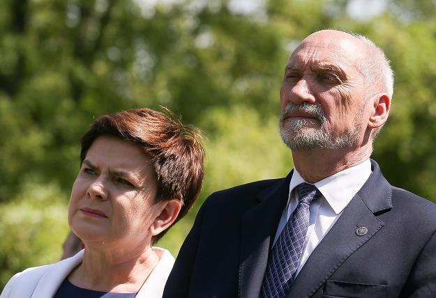 Minister obrony narodowej Antoni Macierewicz (P) i premier Beata Szydło (L) /PAP