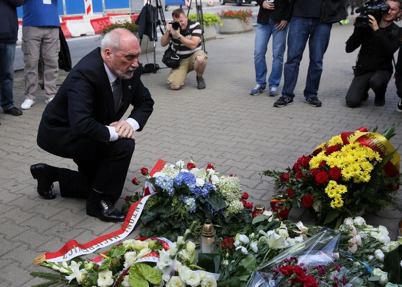 Minister obrony narodowej Antoni Macierewicz składa kwiaty przed ambasadą Republiki Francuskiej w Warszawie /Tomasz Gzell /PAP