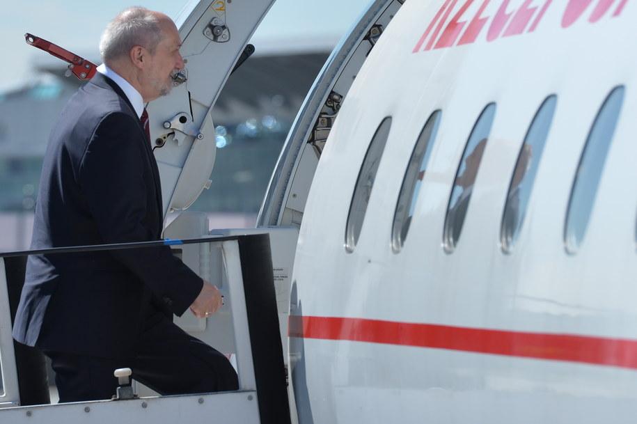 Minister obrony narodowej Antoni Macierewicz wsiada do samolotu na lotnisku w Warszawie / Jacek Turczyk    /PAP