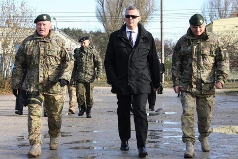 Minister Obrony Narodowej Tomasz Siemoniak w otoczeniu dowódców sił specjalnych, generałów Guta (z lewej) i Patalonga /Polska Zbrojna