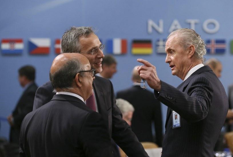 Minister obrony Portugalii Jose Alberto Azeredo Lopes, sekretarz generalny NATO Jens Stoltenberg i hiszpański minister obrony Pedro Morenes na spotkaniu w Brukseli /EPA/OLIVIER HOSLET /PAP/EPA
