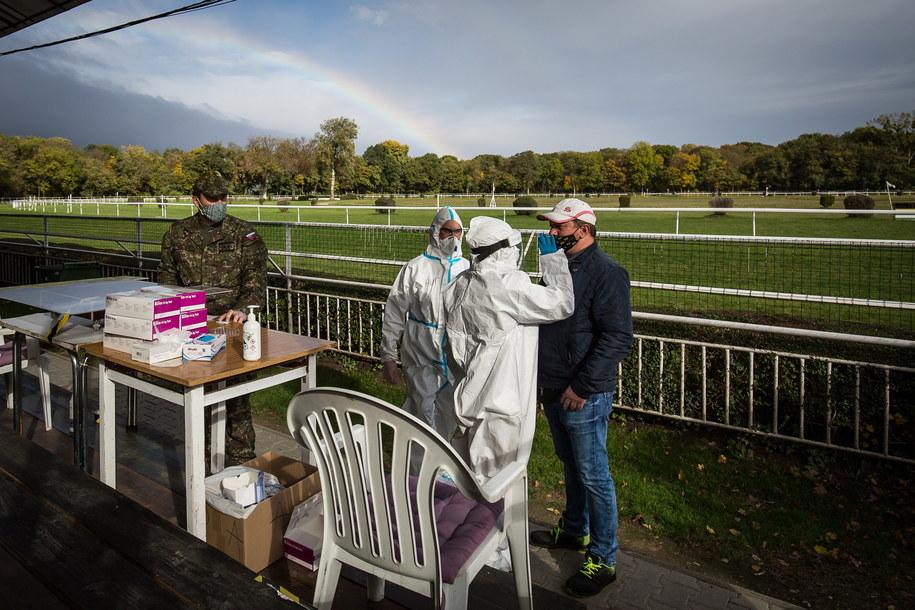 Minister obrony Słowacji Jaroslav Nad' podał w niedzielę, że w pierwszym dniu ogólnokrajowej akcji testom na obecność koronawirusa poddało się 2 mln 581 113 osób /JAKUB GAVLAK /PAP/EPA