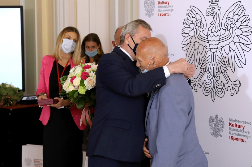 Minister Piotr Glińsk i odznaczony mistrz olimpijski w boksie Marian Kasprzyk /Albert Zawada /PAP