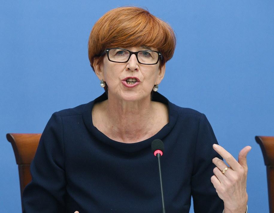 Minister rodziny, pracy i polityki społecznej Elżbieta Rafalska podczas konferencji prasowej /Radek Pietruszka /PAP