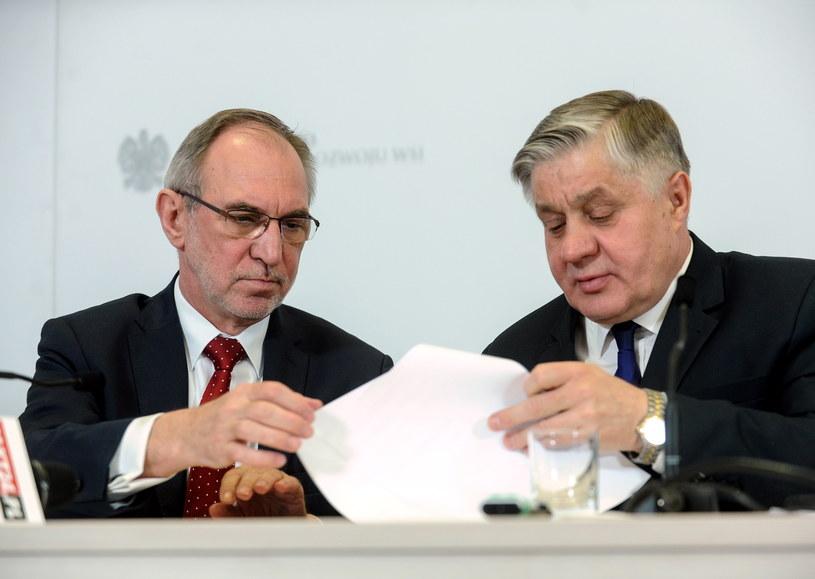 Minister rolnictwa Krzysztof Jurgiel (P) oraz wiceminister Zbigniew Babalski (L), podczas konferencji prasowej /Marcin Obara /PAP