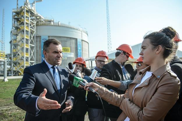 Minister skarbu Włodzimierz Karpiński (L) rozmawia z dziennikarzami /PAP