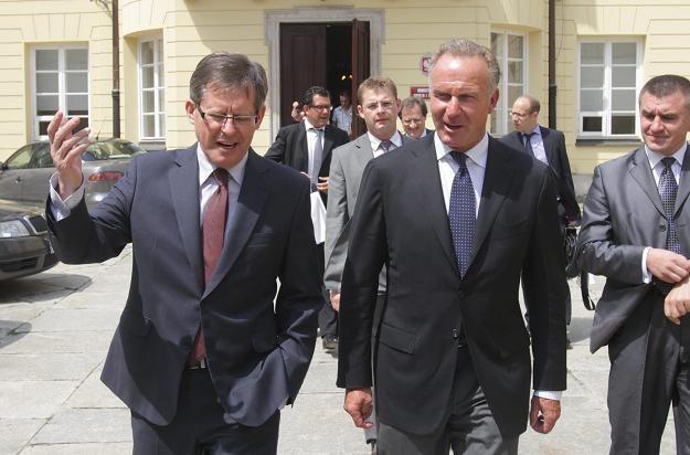 Minister sportu Adam Giersz (z lewej) i Karl-Heinz Rummenigge/fot. Bartłomiej Zborowski /PAP