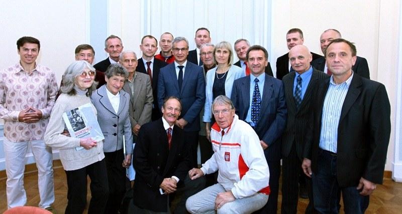 Minister Sportu Andrzej Biernart (w środku) na spotkaniu z weteranami lekkoatletyki. 1. z prawej Tadeusz Maj. /Informacja prasowa