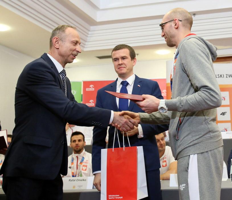 Minister sportu i turystyki Witold Bańka (C), wiceminister sportu Jan Widera (L) oraz złoty medalista w skoku wzwyż Sylwester Bednarek (P) /Leszek Szymański /PAP