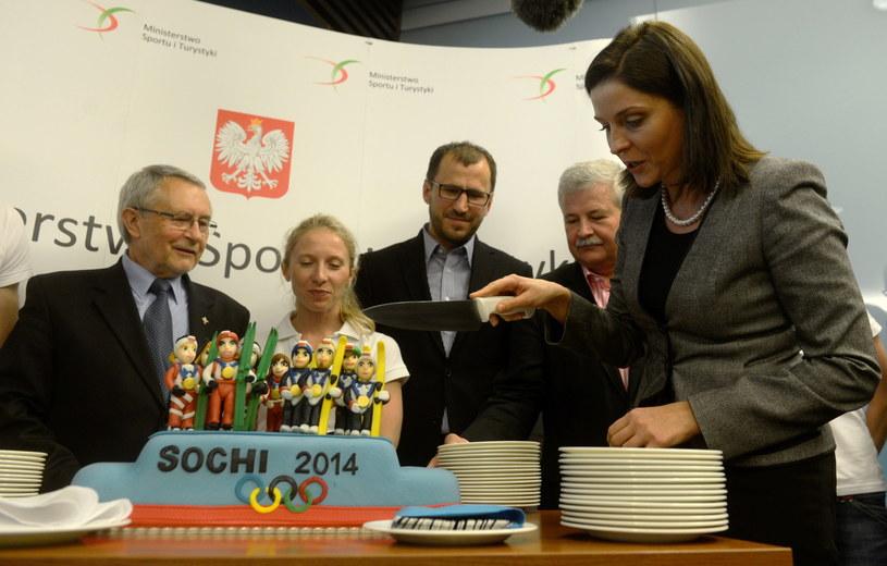 Minister sportu Joanna Mucha kroi okolicznościowy tort /Fot. Bartłomiej Zborowski /PAP