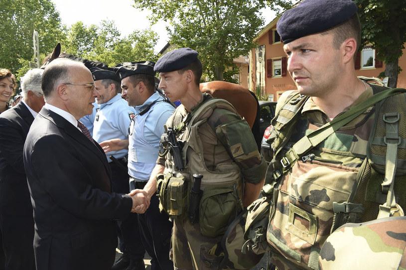 Minister spraw wewnętrznych Francji Bernard Cazeneuve (z lewej) /AFP