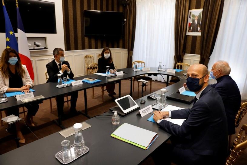 Minister spraw wewnętrznych  Gerald Darmanin oraz minister Marlene Schiappa, odpowiedzialna w MSW za kwestie obywatelstwa na spotkaniu z politykami. /THOMAS COEX / POOL /PAP/EPA