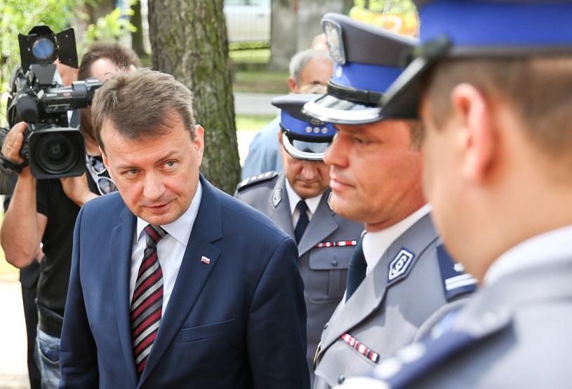 Minister spraw wewnętrznych i administracji Mariusz Błaszczak podczas uroczystego otwarcia posterunku policji w Kampinosie /Rafał Guz PAP /PAP
