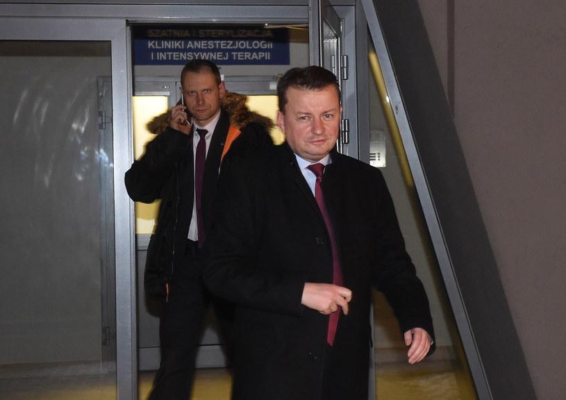 Minister spraw wewnętrznych i administracji Mariusz Błaszczak wychodzi z Wojskowego Instytutu Medycznego po spotkaniu z premier Beatą Szydło /Radek Pietruszka /PAP