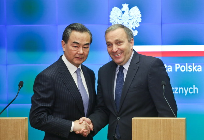 Minister spraw zagranicznych Grzegorz Schetyna i minister spraw zagranicznych Chińskiej Republiki Ludowej Wang Yi /Rafał Guz /PAP