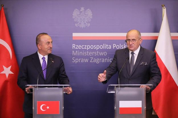Minister spraw zagranicznych Polski Zbigniew Rau (P) oraz minister spraw zagranicznych Turcji Mevlut Cavusoglu (L) podczas konferencji prasowej w centrum prasowym MSZ w Warszawie / Paweł Supernak   /PAP