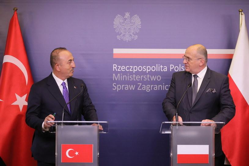Minister spraw zagranicznych Polski Zbigniew Rau (P) oraz minister spraw zagranicznych Turcji Mevlut Cavusoglu (L) podczas konferencji prasowej w centrum prasowym MSZ w Warszawie /PAP/Paweł Supernak /PAP